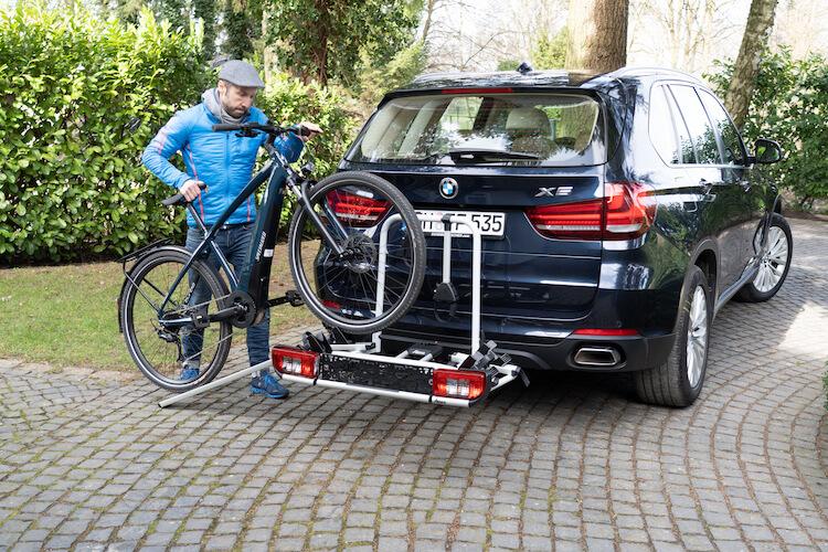 Fahrrad auf Heckträger fahren Bild 2