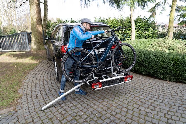 Fertige Beladung von Fahrradträger mit Auffahrschiene